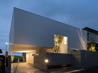 The House supplies a monotonous street with a passing view: Kenji Yanagawa Architect and Associatesが手掛けた家です。,