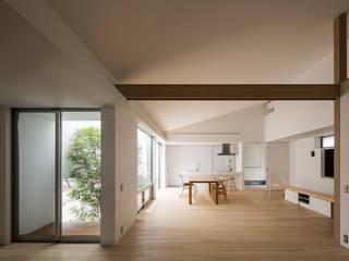 Salas de estilo moderno de Kenji Yanagawa Architect and Associates Moderno