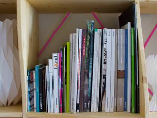 SAIL bookshelf:  in stile  di ACT Studio