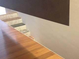 Pasillos, vestíbulos y escaleras modernos de stefania pellegrinelli+architect Moderno
