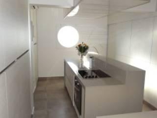 Cocina con isla central de Villazala-Elias Arquitectos Moderno