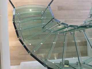 Helical glass staircase, Olympic Tower, New York من Siller Treppen/Stairs/Scale حداثي