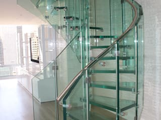 Helical glass staircase, Olympic Tower, New York de Siller Treppen/Stairs/Scale Moderno