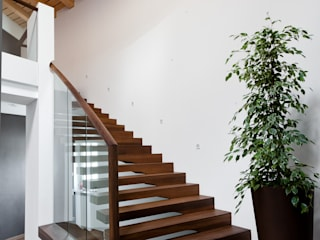 Floating stairs designed for commercial projects de Siller Treppen/Stairs/Scale Clásico