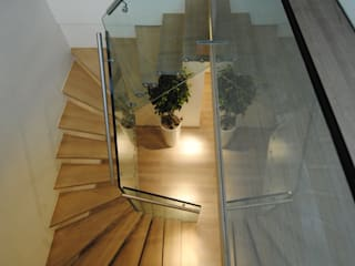 Structural glass stairs for residential project Siller Treppen/Stairs/Scale Tangga Kayu Brown