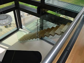 Free standing structural glass staircase by Siller Treppen/Stairs/Scale Сучасний