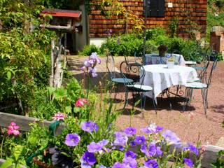 Giardino in stile rustico di villa rosa Rustico