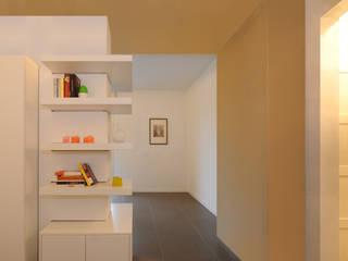 Pasillos, vestíbulos y escaleras de estilo minimalista de GRAZIANI & DICEMBRINO Minimalista
