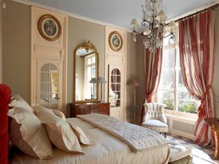 Master bedroom: Maison de style  par Mis en Demeure