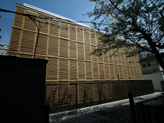Wooden Box/Building 13th of Meiji Gakuin Un iversity من Yoshiharu Shimazaki Architect Studio,INC حداثي