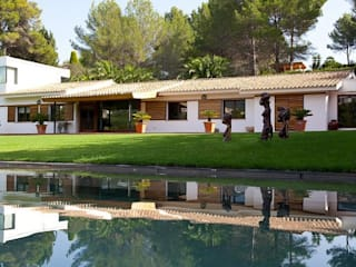 SERVICIO MANTENIMIENTO DE PROPIEDADES EN MALLORCA: Casas de estilo  de LIVE PROPERTIES