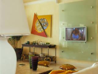 Casa Iporanga: Salas de estar  por Studio Oscar Mikail,Tropical