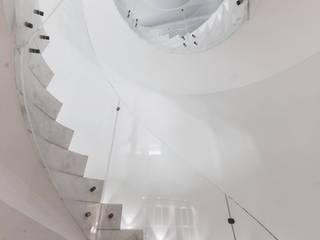 Pasillos, vestíbulos y escaleras de estilo minimalista de StudioG Minimalista