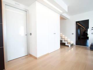 Casa LM: Ingresso & Corridoio in stile  di Laboratorio di Progettazione Claudio Criscione Design