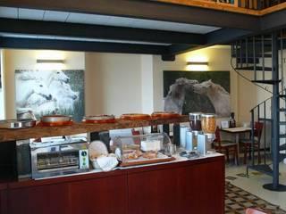 Spazio colazioni di un affittacamere a Roma di ANTONIO AURIGEMMA ARCHITETTO Eclettico