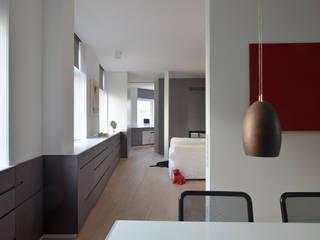WOHNUNG K49 - Esszimmer mit Blick ins Wohnzimmer: minimalistische Häuser von EBEN ARCHITEKTUR FRANKFURT MANNHEIM