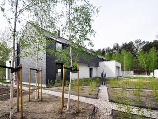 dom kryty łupkiem: styl , w kategorii Domy zaprojektowany przez Libido Architekci