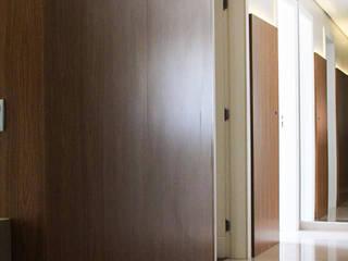 Pasillos, vestíbulos y escaleras de estilo moderno de Studio Gorski Arquitetura Moderno