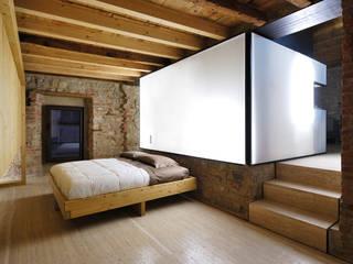 e+m 53: Camera da letto in stile  di estudoquarto s.r.l.