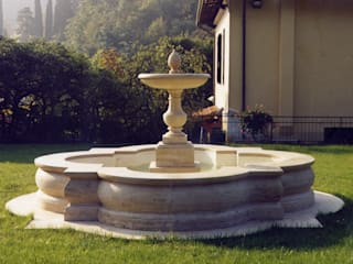 Fontana ornamentale in travertino classico:  in stile  di Todini Sculture