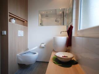 Baños modernos de INNEN LEBEN Moderno
