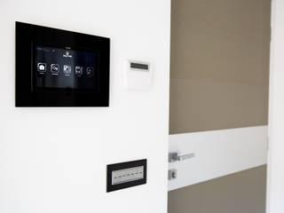 Ristrutturazione di un appartamento: Ingresso & Corridoio in stile  di Geom. Stefano Feliziani