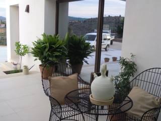 VIVIENDA UNIFAMILIAR AISLADA - ALICANTE PROVINCIA: Casas de estilo moderno de mc_arch in&out design