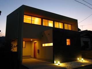 Case moderne di 高原正伸建築設計事務所 一級建築士事務所 Moderno