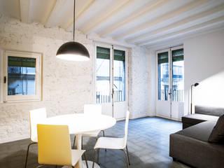 UMBAU EINER ECKWOHNUNG IM GOTISCHEN VIERTEL VON BARCELONA Moderne Häuser von M2ARQUITECTURA Modern
