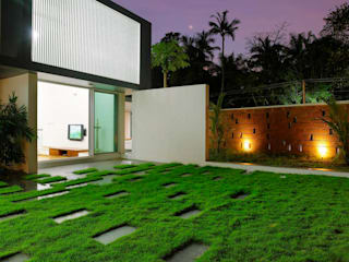 The Running Wall Residence:  Houses by LIJO.RENY.architects