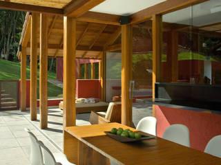 Forest House David Guerra Arquitetura e Interiores Balcones y terrazas de estilo rural