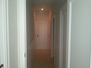 Classic style corridor, hallway and stairs by Masquepintura Classic