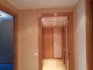 Modern corridor, hallway & stairs by Masquepintura Modern