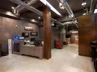Local comercial.: Estudios y despachos de estilo  de Interiorismo & Construcción.