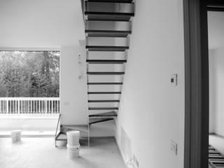 Pasillos, vestíbulos y escaleras modernos de Angeli - Brucoli Architetti Moderno
