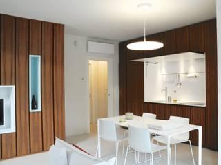 Casa BT.BM: Sala da pranzo in stile  di Angeli - Brucoli Architetti
