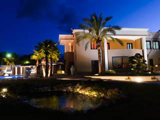 villa monofamiliare con piscina:  in stile  di architecture and design