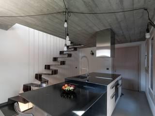 Minimalistyczne domy od BEARprogetti - Architetto Enrico Bellotti Minimalistyczny