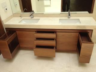 Baños de estilo moderno por Revah Arqs