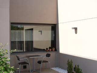 vivienda unifamiliar aislada: Casas de estilo  de jacint alsina despatx d'arquitectura