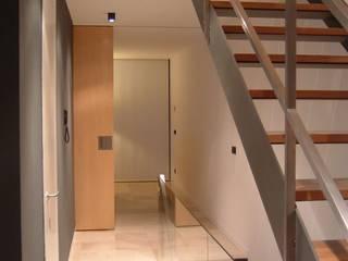 Pasillos, vestíbulos y escaleras minimalistas de NUÑO ARQUITECTURA Minimalista