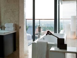Phòng tắm theo Nico Van Der Meulen Architects ,