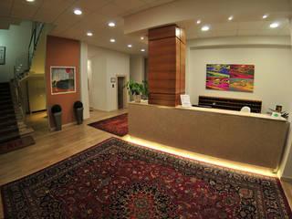 Riqualificazione di un edificio adibito ad albergo - Hotel Fenix - degli anni '60 Hotel moderni di Paola Veronese Architetto Moderno
