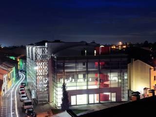 Lainate Urban Center  Da un vecchio cinema nasce un nuovo centro culturale e polifunzionale.: Negozi & Locali commerciali in stile  di GaS Studio