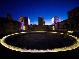 Iluminación del Castillo de Buitrago de Lozoya (Madrid):  de estilo  de MUKA arquitectura