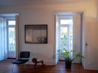 Apartamento Pedras Negras (2012): Salas de estar minimalistas por pedro pacheco arquitectos