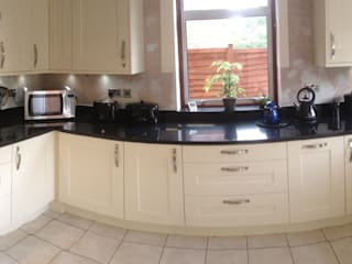 Cream shaker with black granite worktops:   by Henley McKay Kitchens