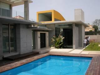 Acceso y piscina: Piscinas de estilo  de garcia de leonardo arquitectos