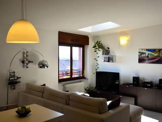Vista del soggiorno, la luce è protagonista dello spazio.: Soggiorno in stile in stile Eclettico di Be.St Architetti