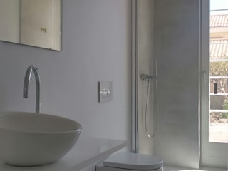NUÑO ARQUITECTURA Modern bathroom White